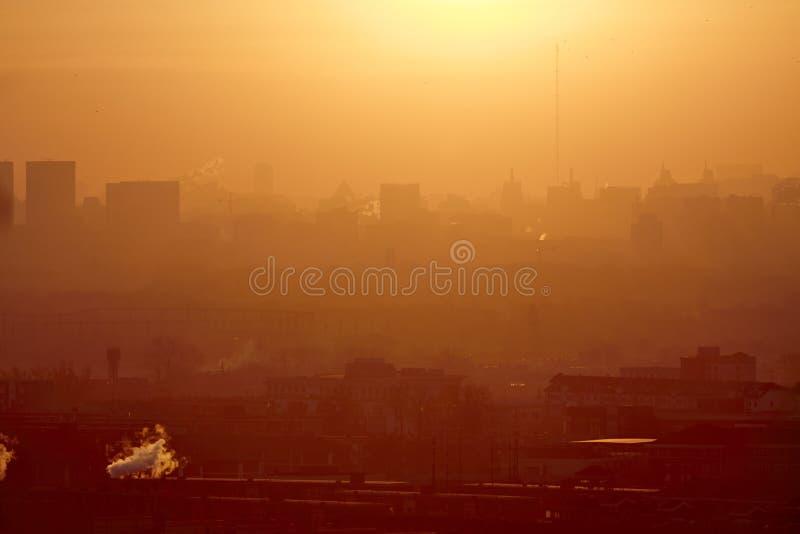 Cidade poluída, Pequim, China fotos de stock