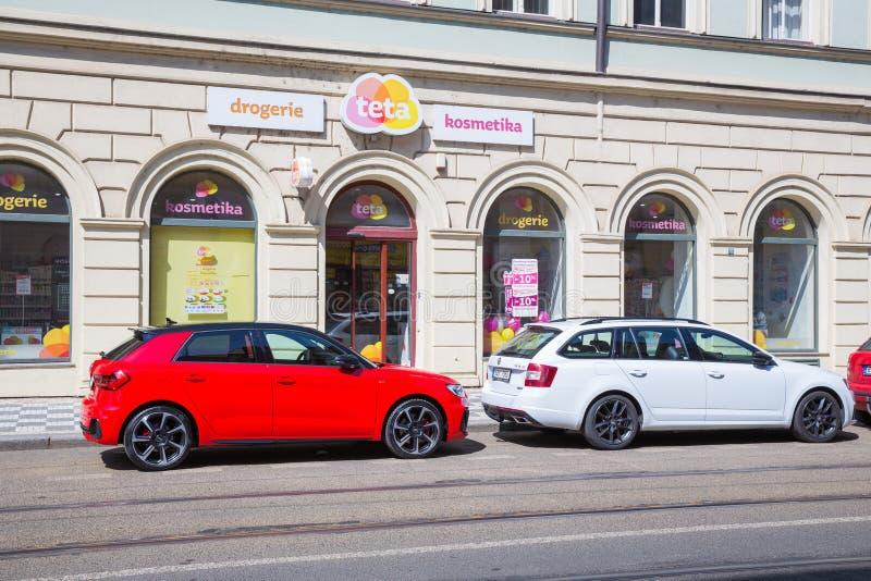 Cidade Praga, Rep?blica Checa Rua da cidade com carros, maneira do bonde e constru??es Foto 2019 do curso 26 abril fotografia de stock royalty free