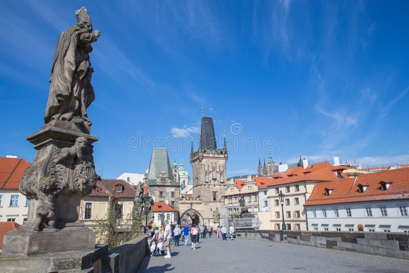 Cidade Praga, Rep?blica Checa Turistas na ponte de Charles Est?tuas ao longo dos lados Foto 2019 do curso 25 abril imagem de stock royalty free