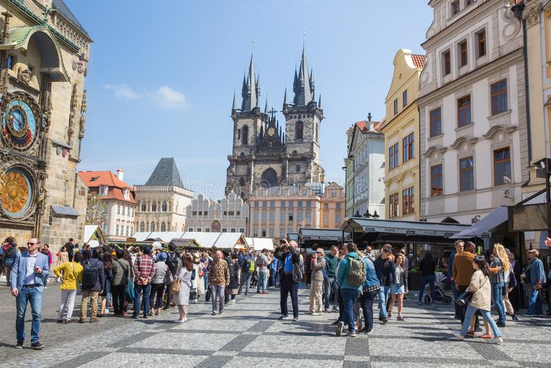 Cidade Praga, Rep?blica Checa Turistas na cidade velha, no pulso de disparo de parede famoso e na obra-prima da arte 2019 24 abri imagem de stock