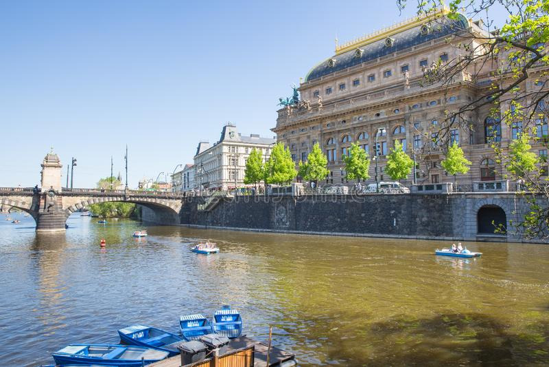 Cidade Praga, Rep?blica Checa Vista ao rio e ? ponte do rio Vltava Mola 2019 24 abril Foto do curso imagem de stock