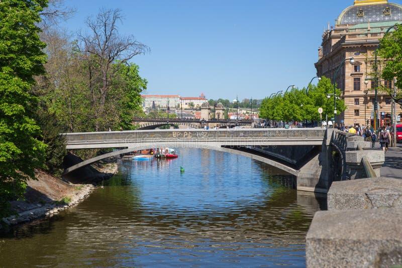 Cidade Praga, Rep?blica Checa Vista ao rio e ? ponte do rio Vltava Mola 2019 24 abril Foto do curso fotos de stock royalty free