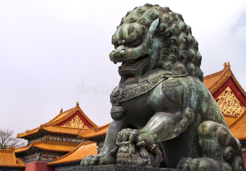Cidade proibida Beijing: estátua do leão de encontro ao ro imagem de stock royalty free