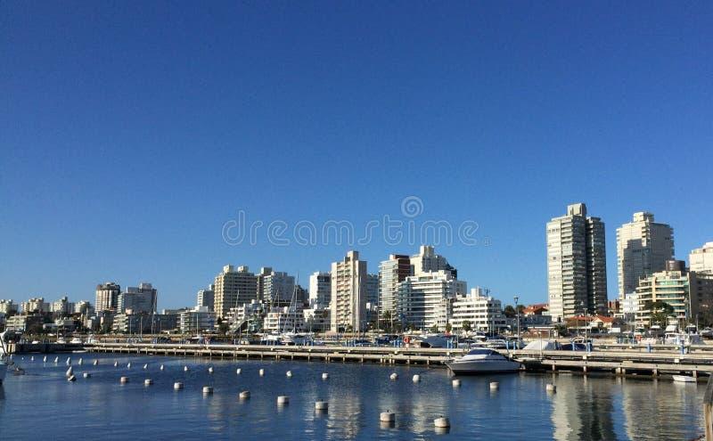Cidade Punta del Este do rio foto de stock royalty free