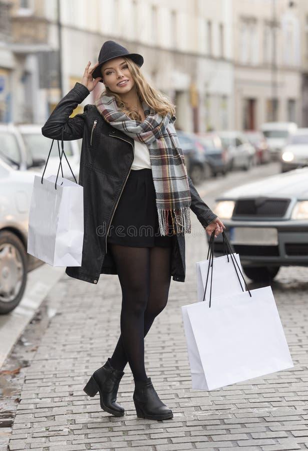 Cidade que shoppping para a jovem mulher fotos de stock