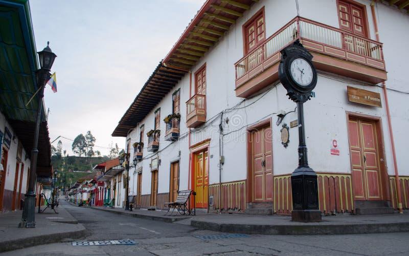 Cidade rústica do fron da opinião da rua de Salento, Colômbia fotos de stock royalty free