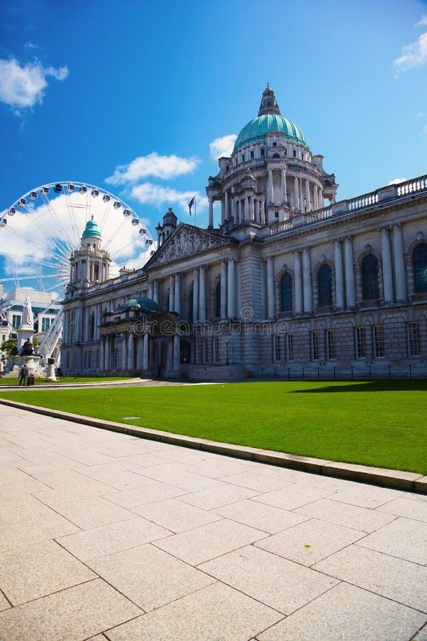 Cidade salão de Belfast e roda de Ferris imagens de stock