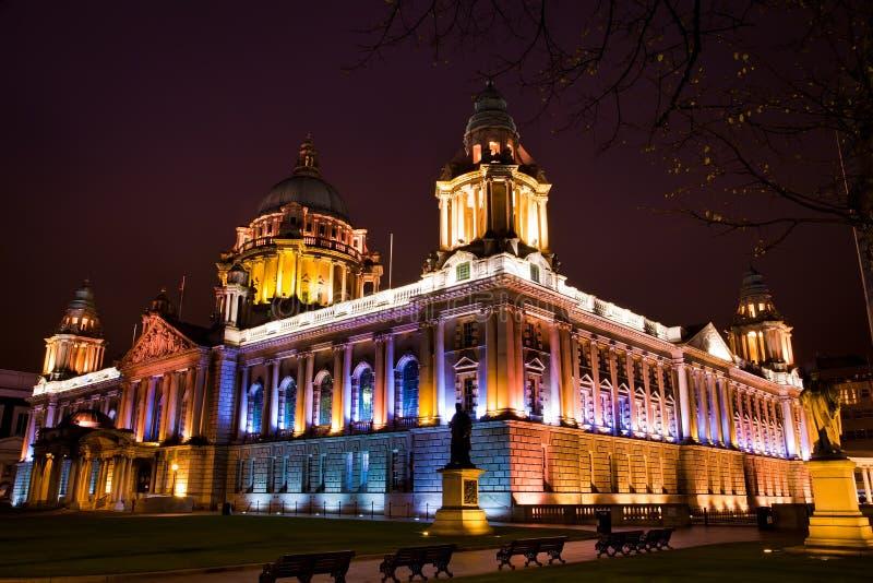 Cidade salão de Belfast na noite foto de stock royalty free