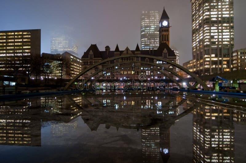Cidade salão de Toronto na noite fotografia de stock royalty free
