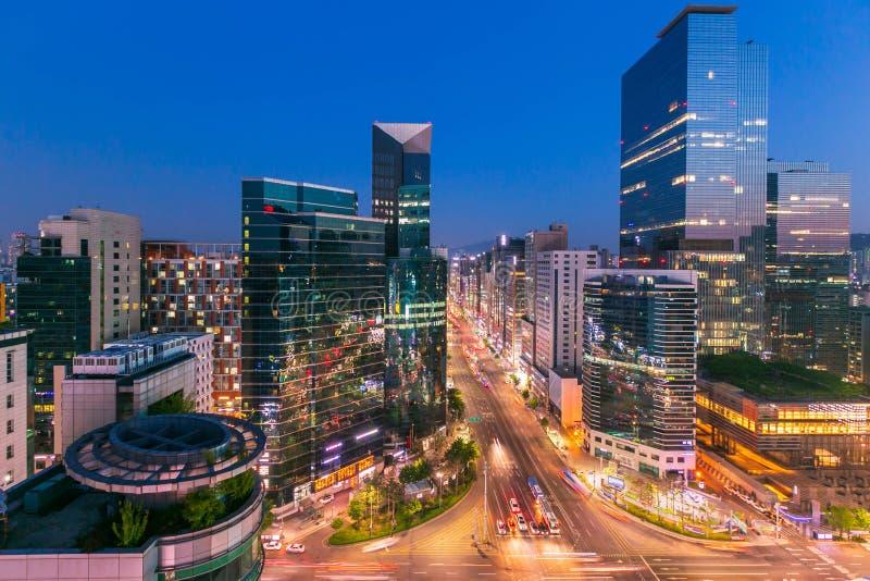 Cidade Skyling de Seoul e arranha-c?us e tr?fego na interse??o do niaht em Gangnam, Coreia do Sul imagem de stock royalty free