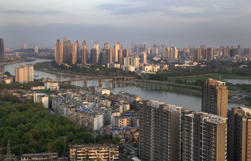 Cidade sobre o rio imagens de stock