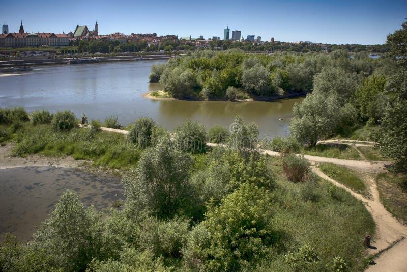 Cidade sobre o rio Varsóvia sobre o Vistula A cidade velha é o polonês e os bulevares vienenses Prédios e histórico foto de stock royalty free