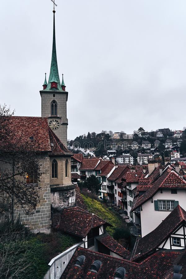 A cidade suíça medieval Berna torre com o pulso de disparo no por do sol fotos de stock royalty free