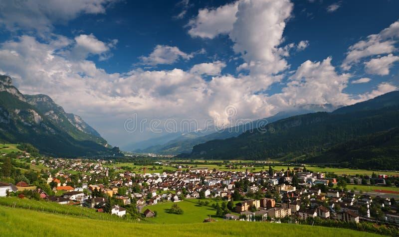 Cidade suíça pequena nos alpes. Walenstadt fotografia de stock royalty free