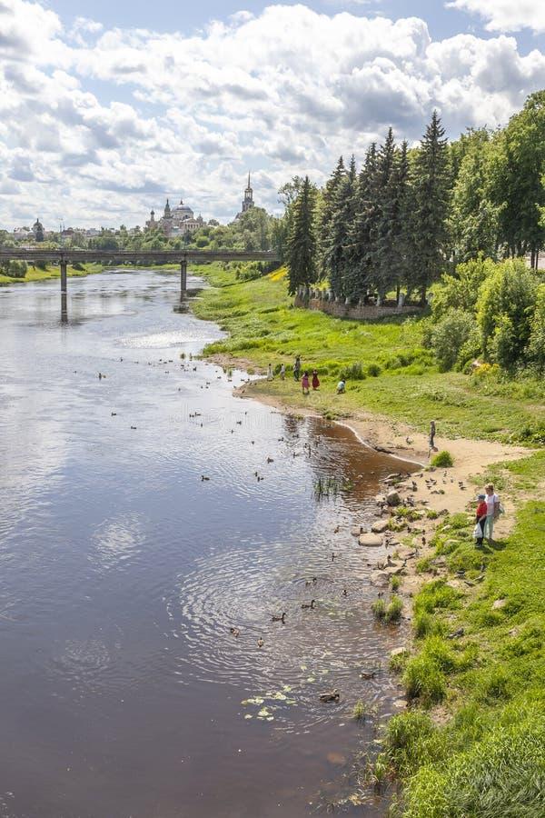 Cidade Torzhok cityscape embankment fotos de stock