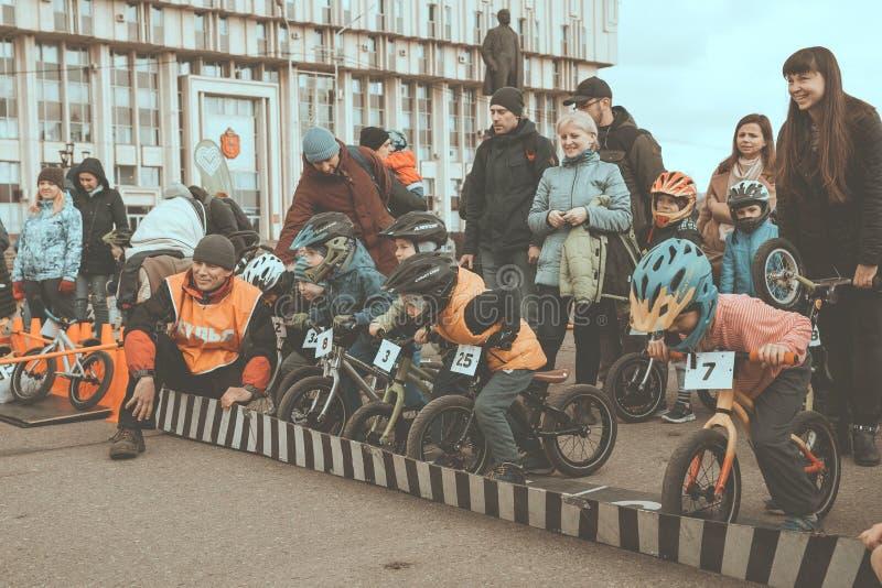 Cidade Tula R?ssia - 6 de abril de 2019: competi??o amadora das crian?as equilibrar a bicicleta no quadrado de Lenin foto de stock