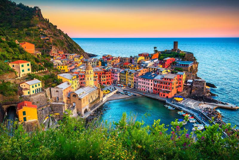 Cidade turística famosa de Liguria com praias e as casas coloridas foto de stock
