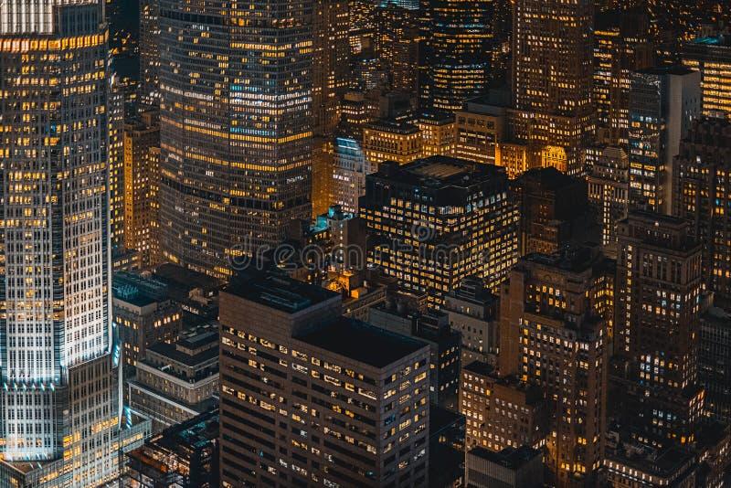Cidade urbana bonita na noite disparada de cima de imagens de stock royalty free