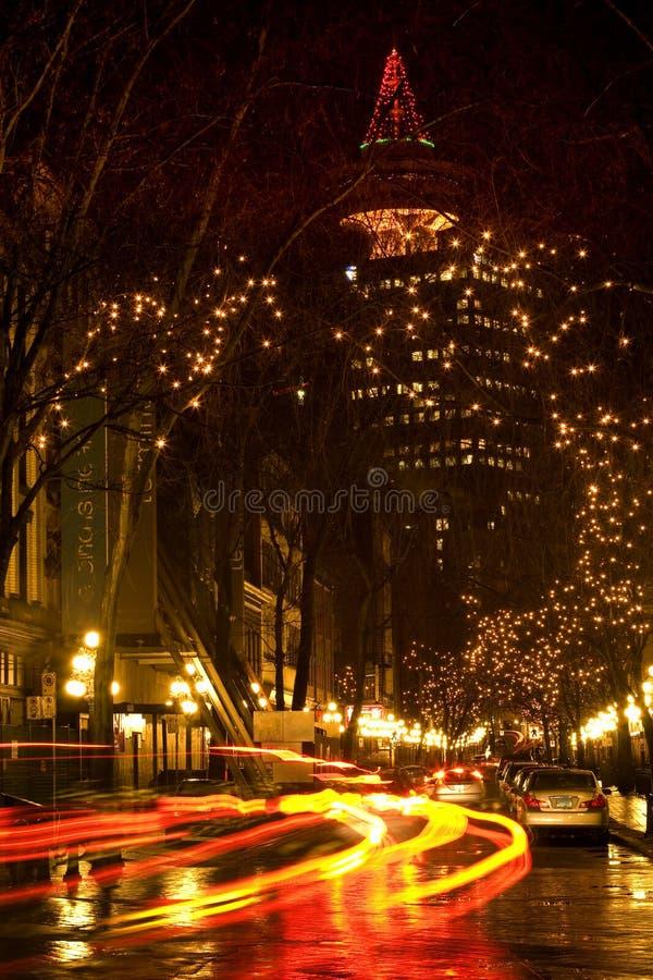 Cidade Vancôver do gás, BC na noite com fugas do carro fotos de stock royalty free