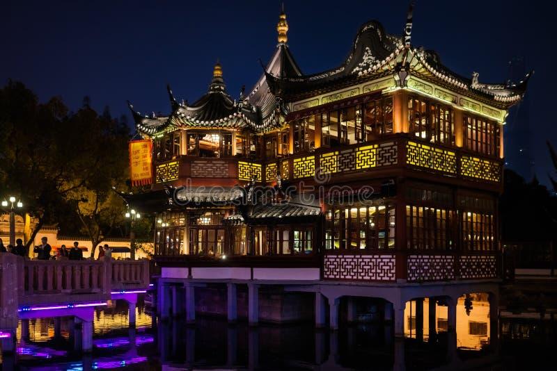 Cidade velha antiga de Fang Bang Zhong Lu da casa de chá na noite shanghai fotografia de stock