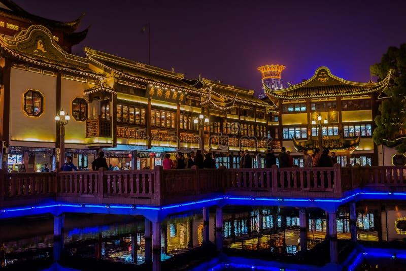 Cidade velha antiga de Fang Bang Zhong Lu da casa de chá na noite shanghai foto de stock
