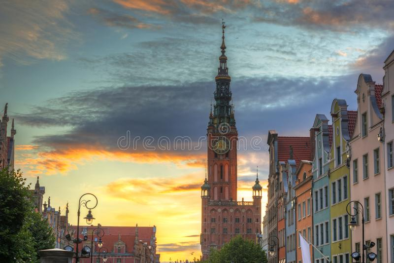 Cidade velha bonita de Gdansk com a câmara municipal no por do sol, Polônia fotos de stock