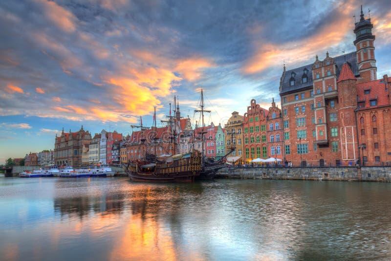 Cidade velha bonita de Gdansk sobre o rio de Motlawa no por do sol, Polônia fotos de stock royalty free