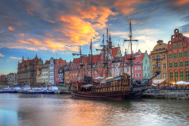Cidade velha bonita de Gdansk sobre o rio de Motlawa no por do sol, Polônia imagens de stock royalty free