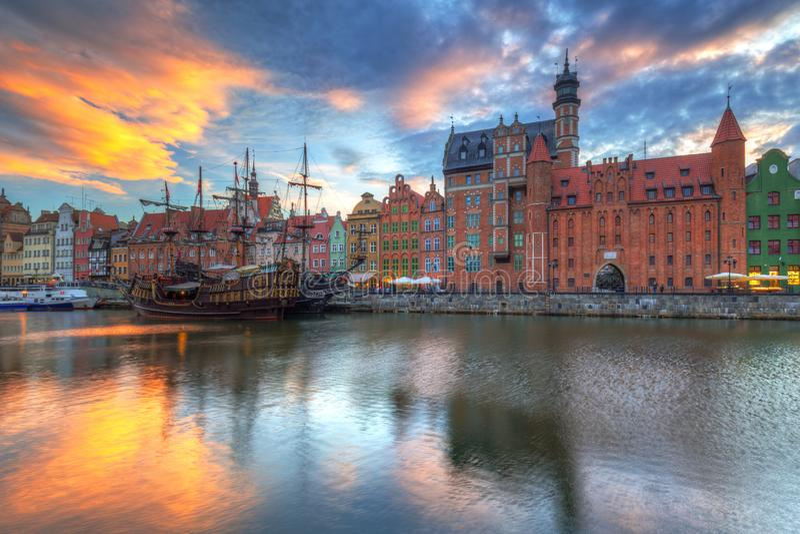 Cidade velha bonita de Gdansk sobre o rio de Motlawa no por do sol, Polônia fotografia de stock