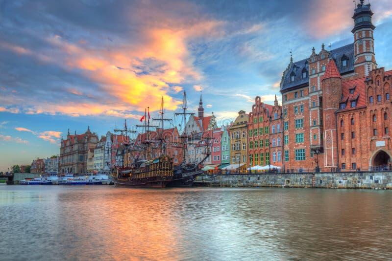 Cidade velha bonita de Gdansk sobre o rio de Motlawa no por do sol, Polônia fotografia de stock royalty free