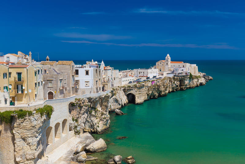 Cidade velha bonita de Vieste, península de Gargano, região de Apulia, ao sul de Itália foto de stock