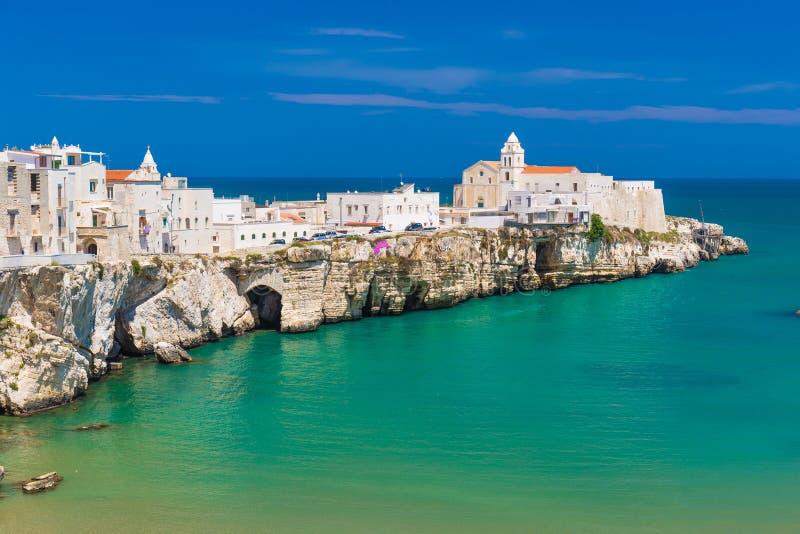Cidade velha bonita de Vieste, península de Gargano, região de Apulia, ao sul de Itália imagem de stock