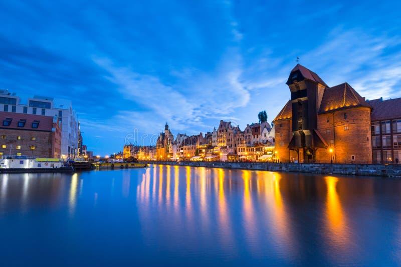 Cidade velha bonita em Gdansk sobre o rio de Motlawa no crepúsculo, Polônia imagem de stock royalty free