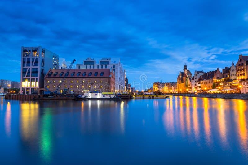 Cidade velha bonita em Gdansk sobre o rio de Motlawa no crepúsculo, Polônia fotografia de stock royalty free
