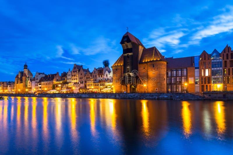 Cidade velha bonita em Gdansk sobre o rio de Motlawa no crepúsculo, Polônia imagem de stock