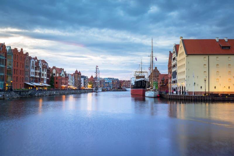 Cidade velha bonita em Gdansk sobre o rio de Motlawa no crepúsculo, Polônia foto de stock