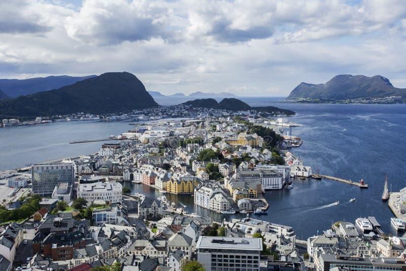 Cidade velha colorida, Alesund, Noruega, dia de verão bonito da opinião do ariel da paisagem da cidade imagens de stock royalty free