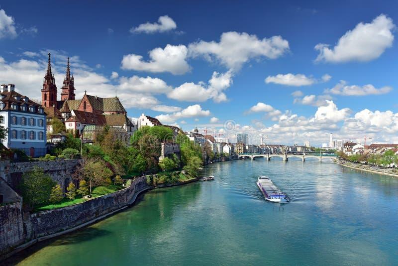 Cidade velha com a catedral de Basler Muenster nos bancos do Rhine River Basileia, Switzerland foto de stock royalty free