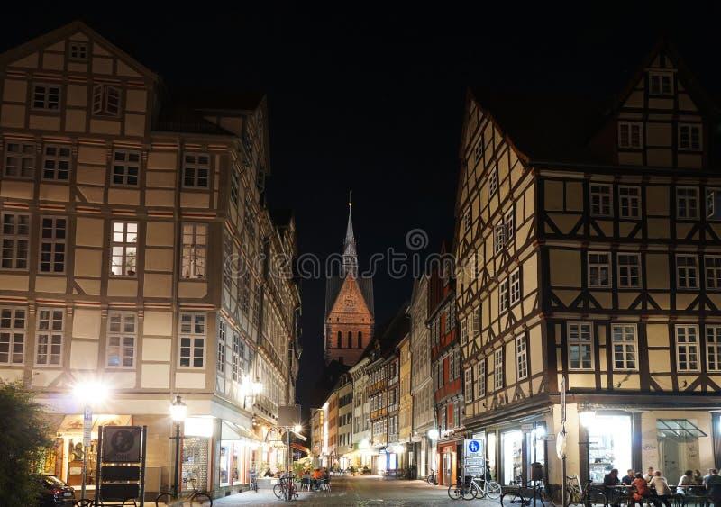 Cidade velha com a igreja do mercado em Hannover Alemanha imagem de stock