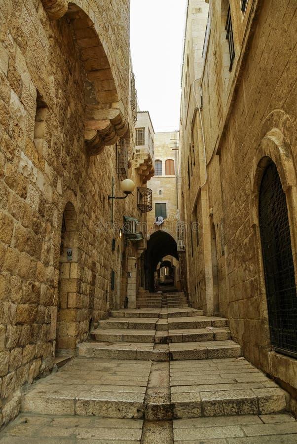 Cidade velha corredor escondido, escadaria de pedra e arco Quarto judaico, Jerusalém fotografia de stock