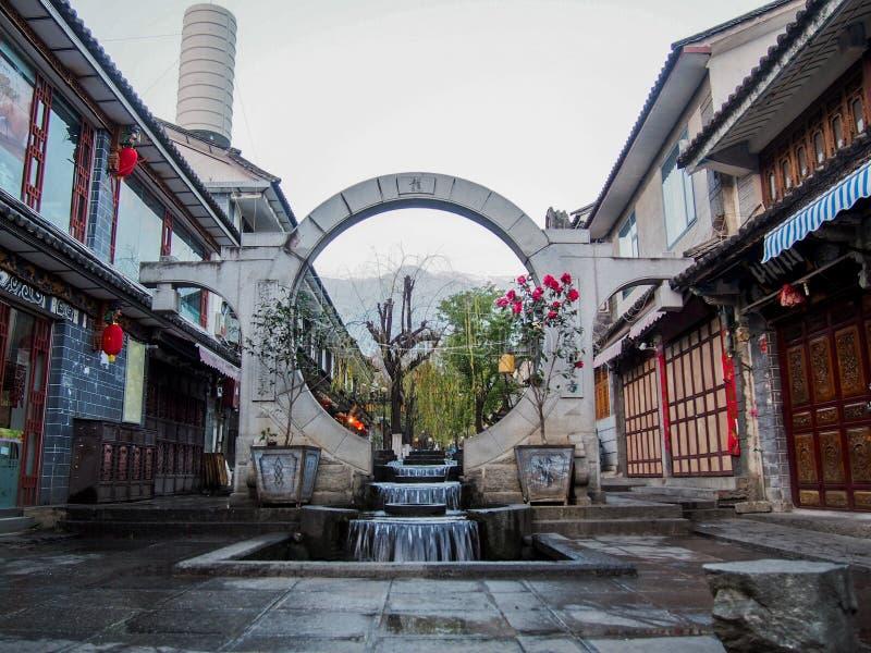 Cidade velha Dali Yunnan Province China da fonte da porta do círculo imagem de stock