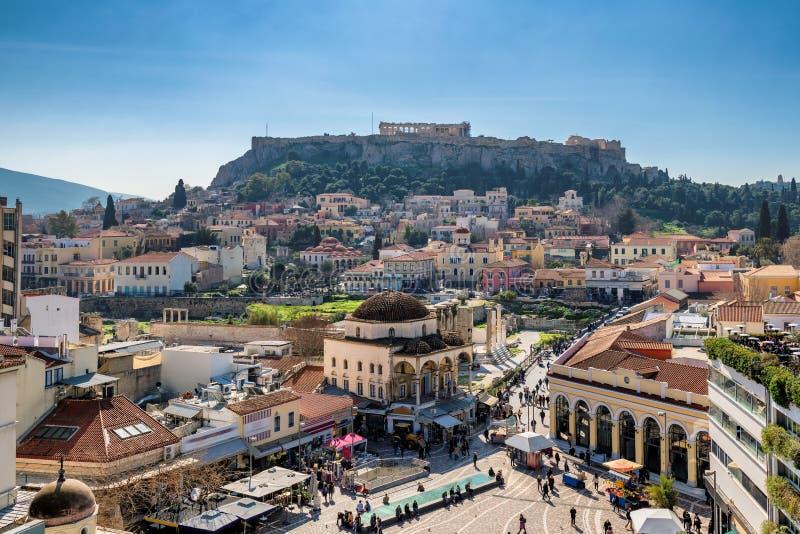 A cidade velha de Atenas e do templo do Partenon foto de stock