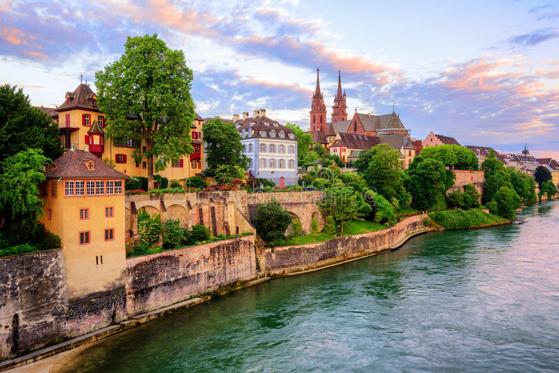 Cidade velha de Basileia com catedral de Munster e Reno, Suíça fotografia de stock royalty free
