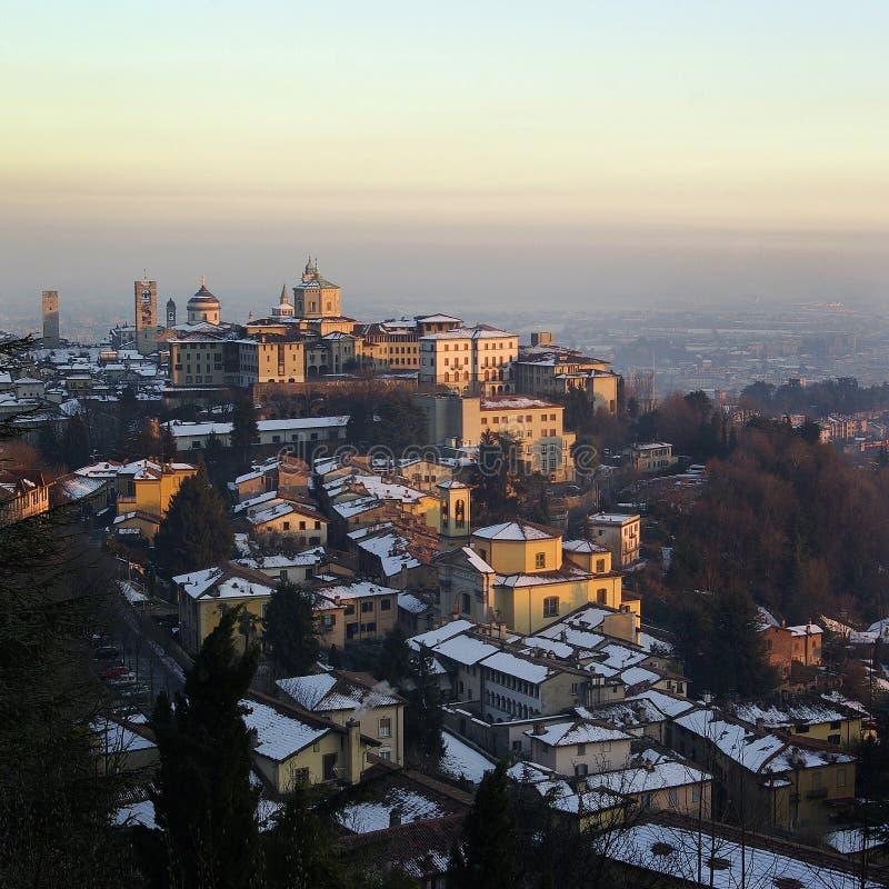 Cidade velha de Bergamo no tempo de inverno de Itália fotografia de stock