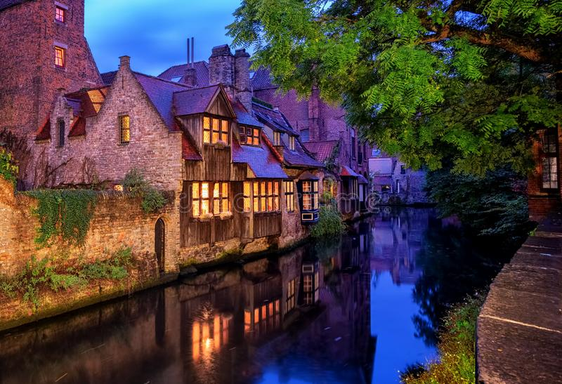 Cidade velha de Bruges, B?lgica Casas medievais tradicionais na noite imagens de stock royalty free