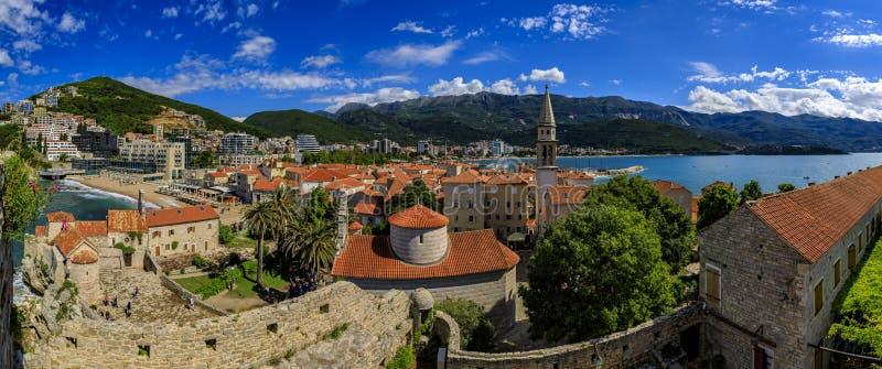 Cidade velha de Budva da citadela com a igreja de trindade santamente e o mar de adriático no fundo em Montenegro, Balcãs foto de stock