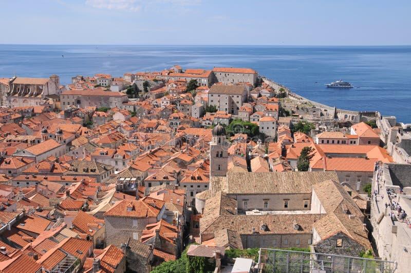 Cidade velha de Dubrovnik como visto das paredes do castelo imagem de stock royalty free