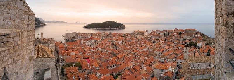 Cidade velha de Dubrovnik das paredes da cidade fotografia de stock