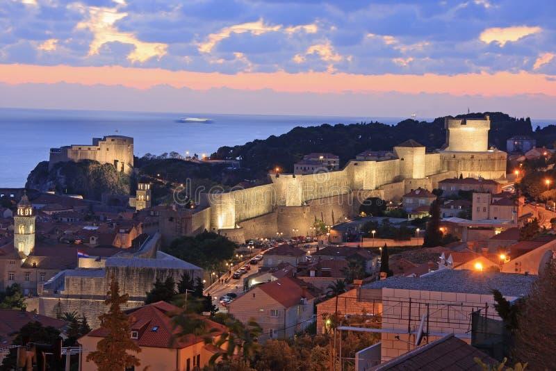 Cidade velha de Dubrovnik na noite fotos de stock royalty free
