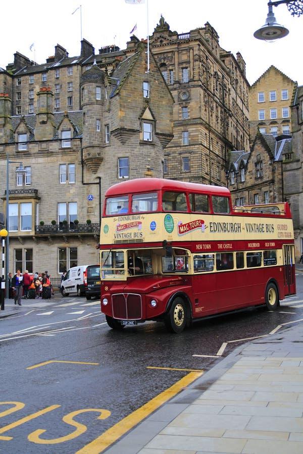 Cidade velha de Edimburgo Escócia, com um ônibus dobro sightseeing típico imagens de stock